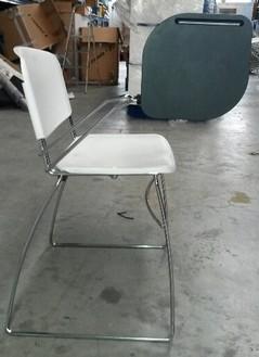 Sedia in polipropilene bianca di design con tavoletta for Sedia design usata